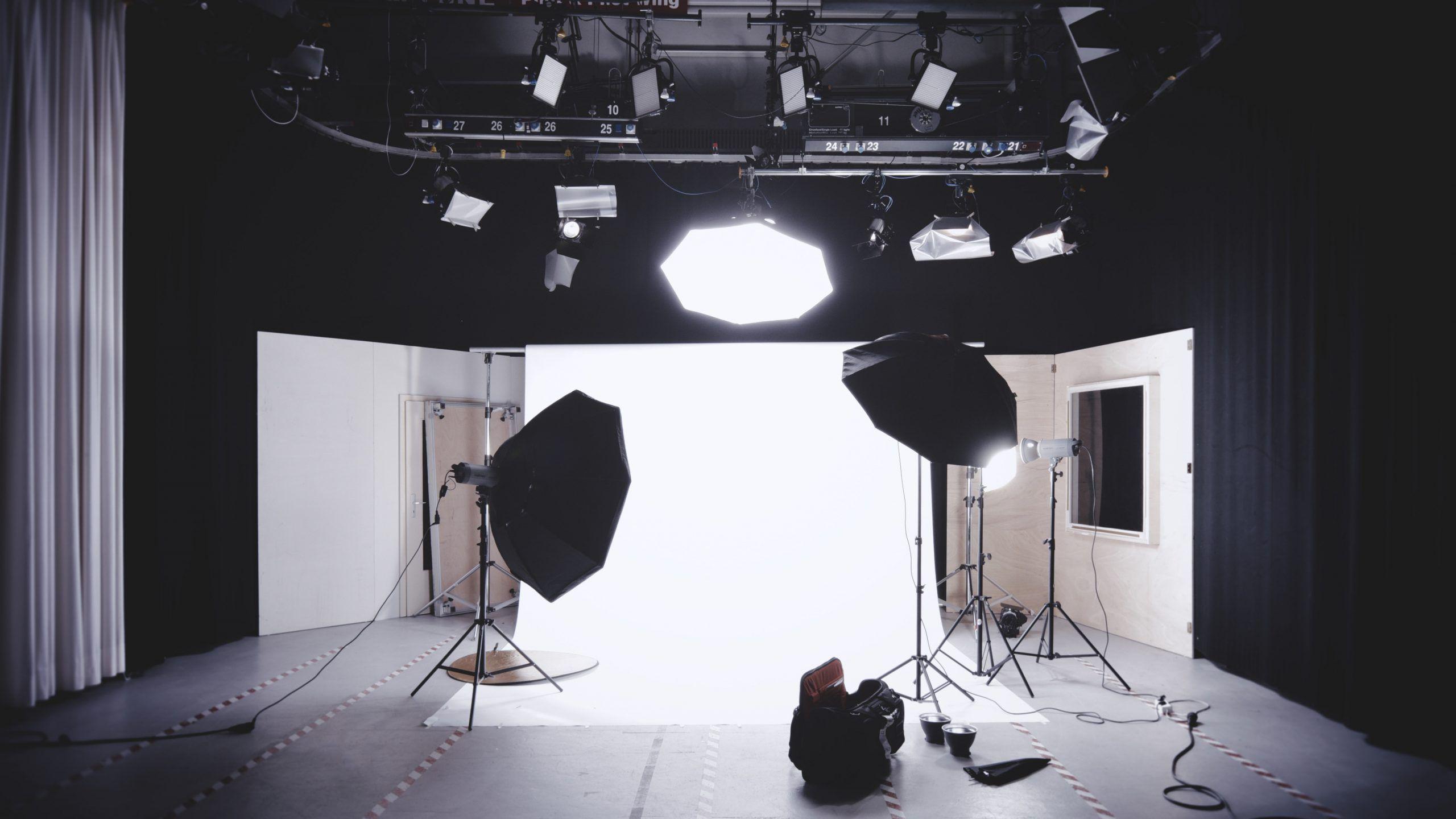 Jak profesjonalne oświetlenie wpływa na jakość produkcji filmowych?