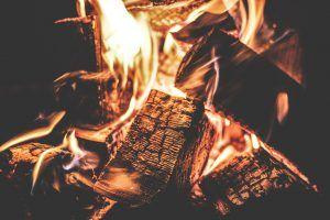 jak ekologicznie i oszczędnie palić w piecu - ogień w komink