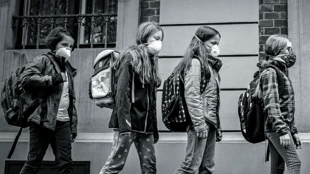 zanieczyszczenie powietrza dzieci w maskach