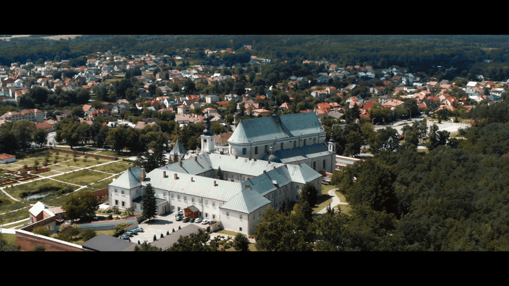 """Kadr z filmu """"Przyjedź i zostań na dłużej!"""", Sanktuarium Ojców Bernardynów w Leżajsku."""