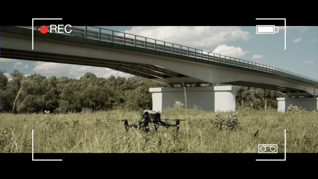 """Kadr z filmu promującego walory gospodarczo-inwestycyjne powiatu leżajskiego """"Przyjedź, zobacz, zainwestuj!"""", most w Rzuchowie."""