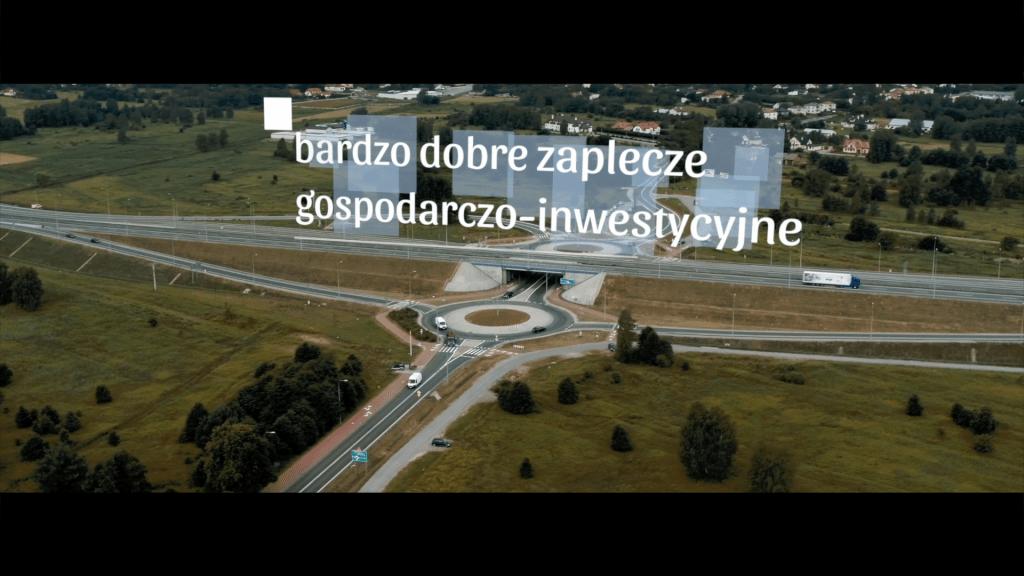 """Kadr z filmu promującego walory gospodarczo-inwestycyjne powiatu leżajskiego """"Przyjedź, zobacz, zainwestuj!""""."""