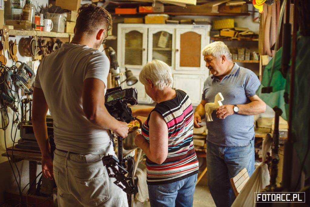 Realizacja zdjęć do filmu promującego walory turystyczno-przyrodnicze powiatu leżajskiego w pracowni pana Jana Dudziaka w Brzózie Stadnickiej.