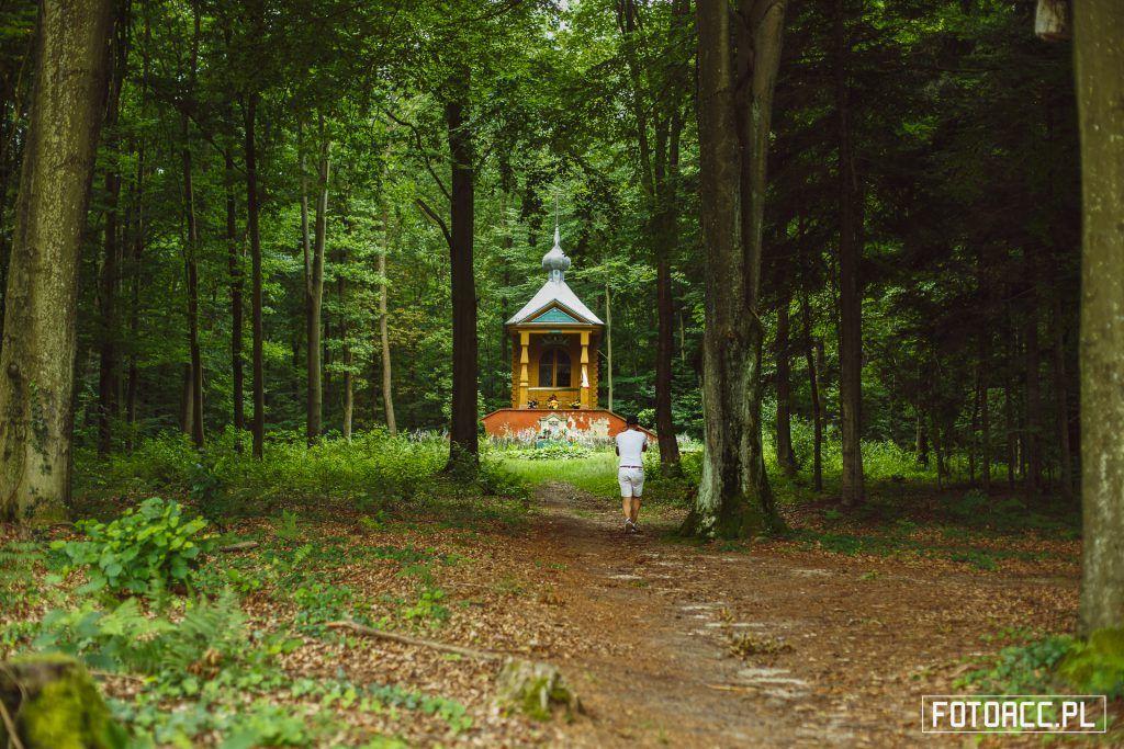 Kapliczka poświęcona Juli Zamoyskiej. Realizacja zdjęć do filmu promującego walory turystyczno-przyrodnicze powiatu leżajskiego.